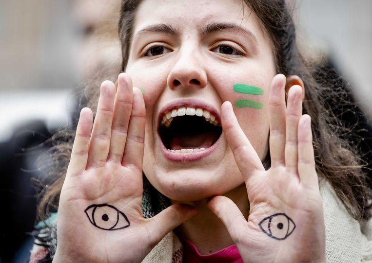 Jongeren van Fridays For Future Nederland, Extinction Rebellion Jong en Jongeren Milieu Actief voeren in 2019 actie bij de Tweede Kamer vanwege de uitspraak in de Urgenda-zaak. Beeld ANP