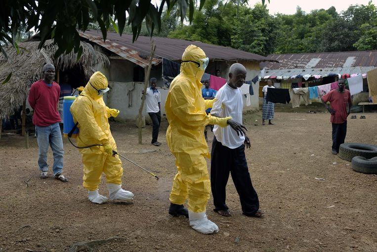 Een 84-jarige inwoner van Freeman Reserve in Liberia wordt weggeleid omdat hij verschijnselen van ebola vertoont. Beeld null