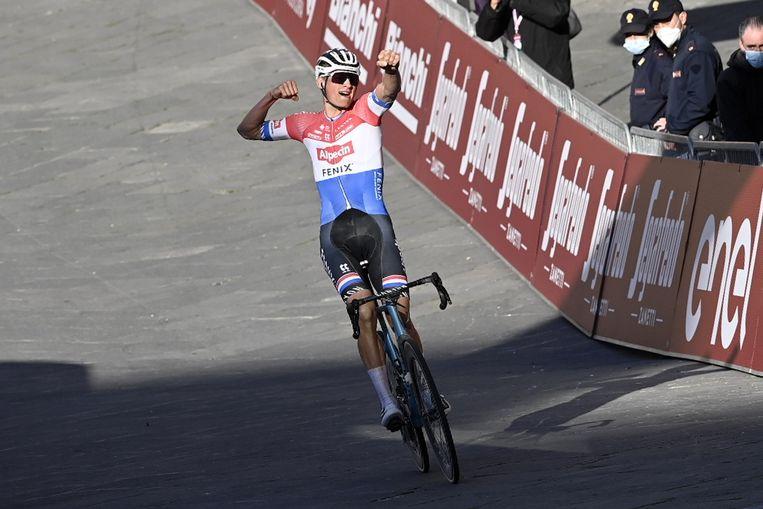 Mathieu van der Poel komt in Siena al juichend over de finish. Beeld ANP