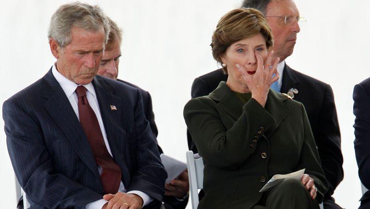 Oud-president George W. Bush en zijn vrouw Laura tijdens een herdenking voor de slachtoffers van 9/11. Beeld REUTERS