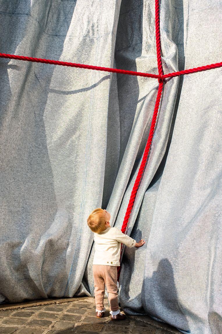 Het kunstwerk mag van dichtbij bekeken en aangeraakt worden. Beeld Christo and Jeanne-Claude Foundation