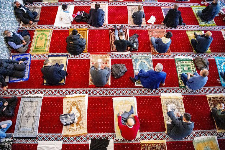 Moslims zijn bijeen in de moskee voor het feestgebed tijdens het Suikerfeest na de islamitische vastenperiode.  Beeld ANP