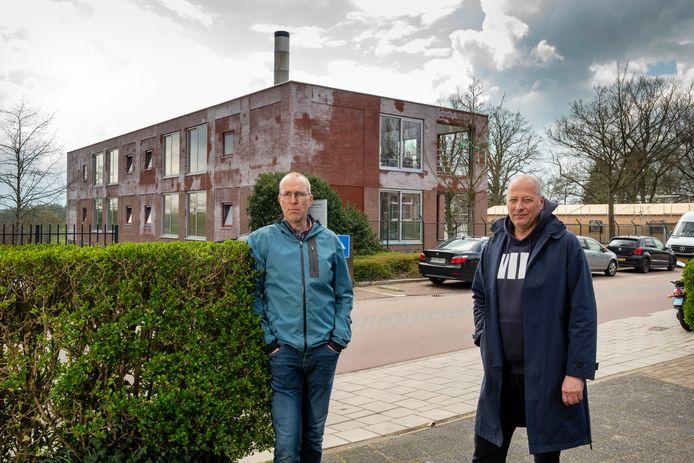 Edwin Buisman (links) en Bart Smits voor de omstreden 'biomassacentrale' op landgoed Klingelbeek van projectontwikkelaar Schipper Bosch.