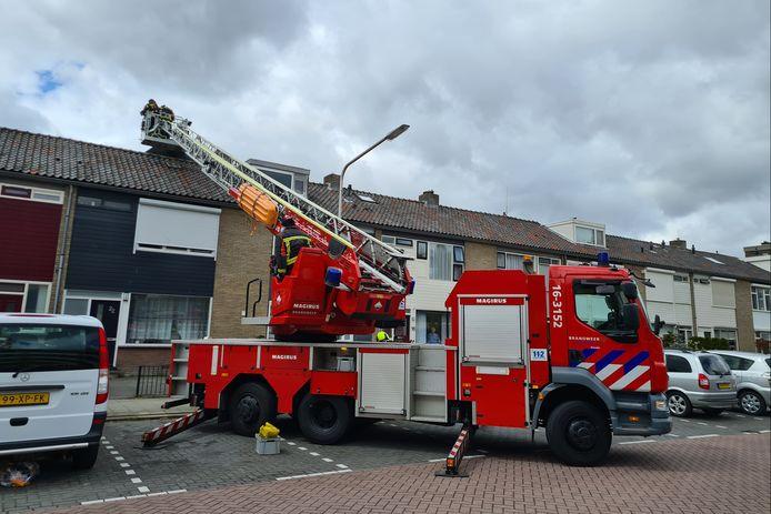 De brandweer heeft met behulp van de hoogwerker de losliggende dakbedekking verwijderd en de rest vastgezet.