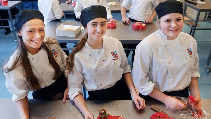 Celina, Mariesa en Lisa (vlnr) van de François Vatelschool tonen hun creaties.