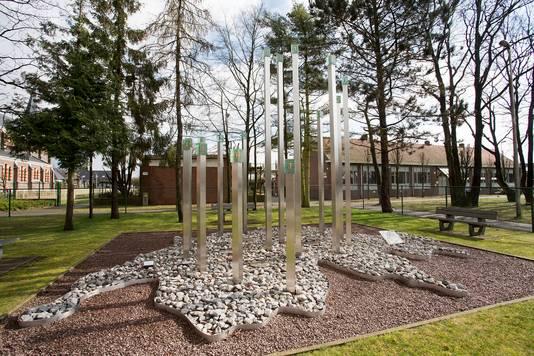De gedenksteen ter nagedachtenis aan de verongelukte kinderen bij het schoolbusdrama in 2012 in Zwitserland.
