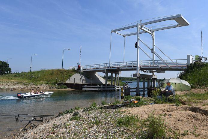 Deze witte ophaalbrug is jaren geleden al speciaal aangelegd door de gemeente Cuijk, met het oog op een groot vakantiepark tussen Beers en Linden.