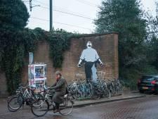 Beschadigde muurschildering Dokwerker bij station Muiderpoort hersteld