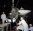 Werk aan een Vogager-sonde in 1977. De Voyager 1 en 2 zijn nog steeds actief, maar hebben te weinig techniek aan boord om nieuwe informatie te kunnen geven.