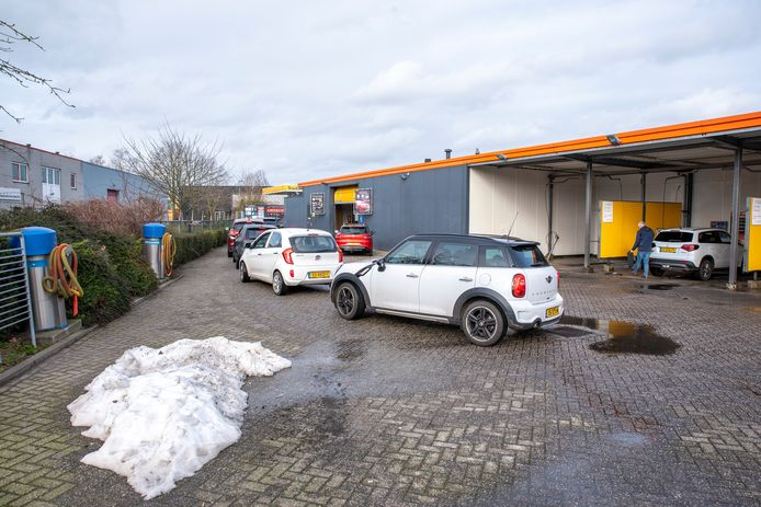 Drukte bij carwash 't Vosje in Etten-Leur.