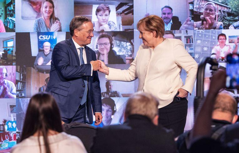 Angela Merkel en haar partijgenoot Armin Laschet (links). Beeld Matthias Balk/dpa
