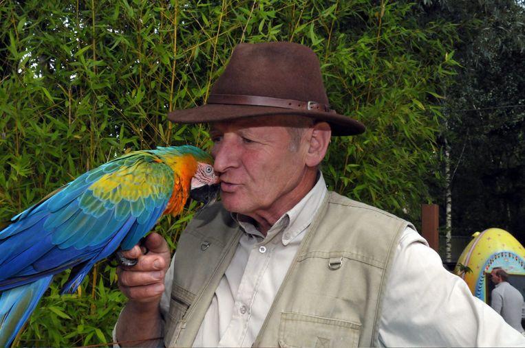 Harry Malter met één van zijn papegaaien