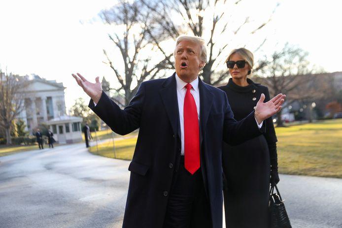 President Donald Trump met zijn echtgenote Melania bij hun vertrek uit het Witte Huis op 20 januari.