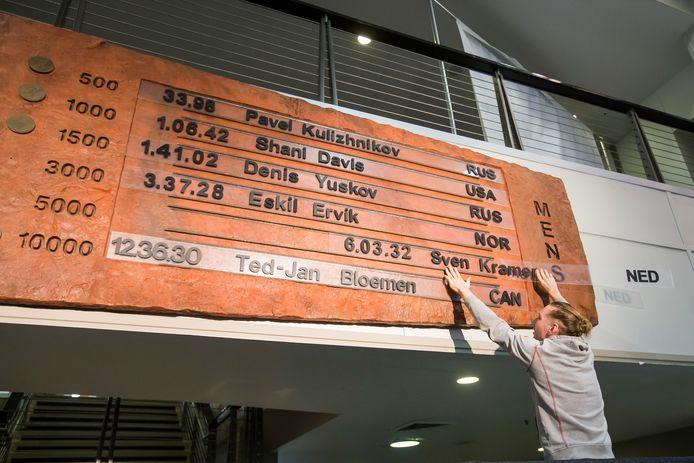 Ted -Jan Bloemen verwijdert het record van Sven Kramer van het bord in de Utah Olympic Oval na het wereldrecord op de 5000 meter.