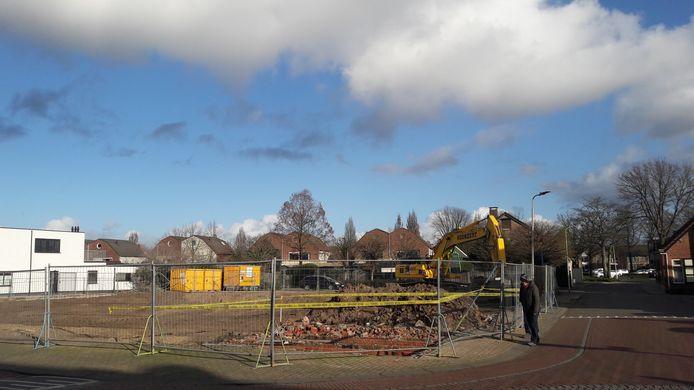 Waar vroeger Taveerne Den Hoorn en de ABN Amro in hartje Putte stonden, is alle oude bebouwing al gesloopt om plaats te maken voor 21 appartementen. De aannemer wacht tot het bestemmingsplan rond is, de Dorpsraad dringt aan op spoed.