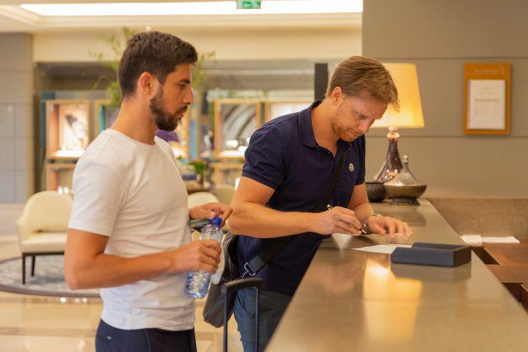 Tom De Mul (rechts), zijn makelaar van A-Group, was donderdag al in Lissabon om de transfer af te ronden
