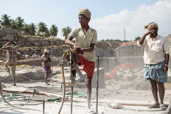 In veel granietgroeven in India is sprake van kinderarbeid en schuldslavernij.