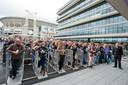 In de rij voor een popconcert in de Ziggo-Dome in Amsterdam. Bas van den Heuvel staat er waarschijnlijk weer op het podium.