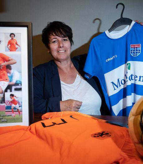 Ilse, moeder van PEC Zwolle-nieuweling Licia, valt dankzij haar enthousiasme altijd op langs de lijn