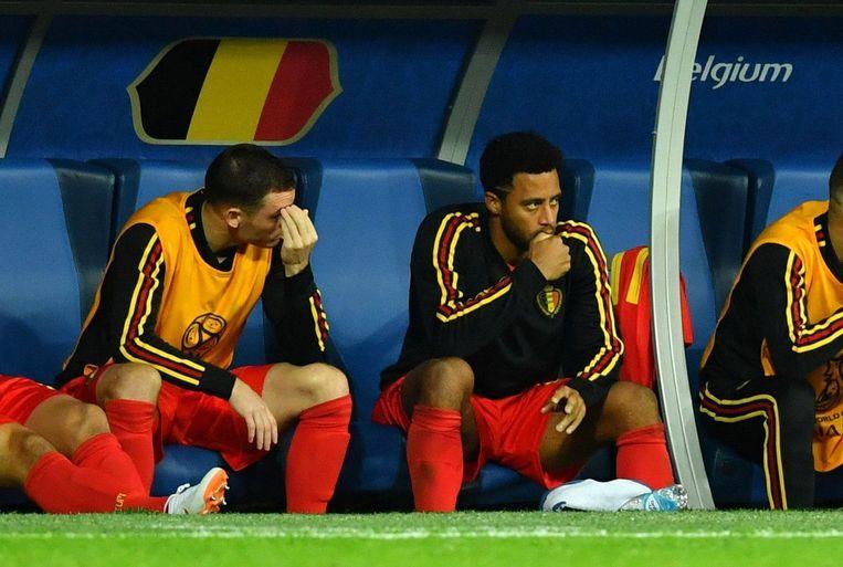 Dembélé na zijn vervanging naast Vermaelen op de bank in Sint-Petersburg. Beeld Photo News