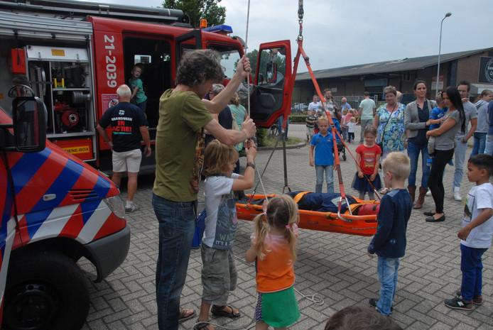 Een oefening met een kuipbrancard was bij veel kinderen in trek.