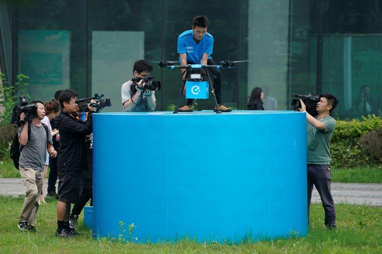 Een Chinese maaltijdbezorgdrone wordt gepresenteerd aan de media. Beeld Reuters