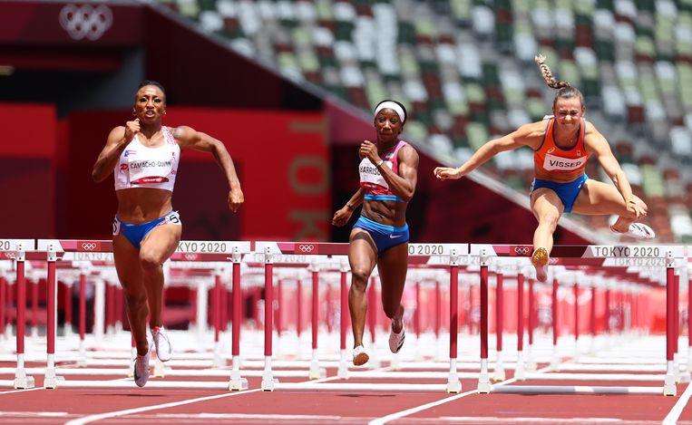Nadine Visser in de finale van de 100 meter horden in Tokio. Links de winnares van het goud, Jasmine Camacho-Quinn uit Puerto Rico, in het midden de Amerikaanse Kendra Harrison, die zilver won. Beeld REUTERS