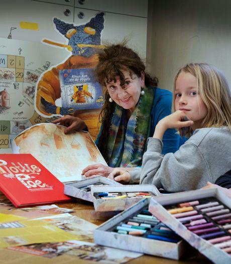 Pietie Visser (65) exposeert met vrolijke tekeningen: 'Ik voel me vaak nog steeds kind'