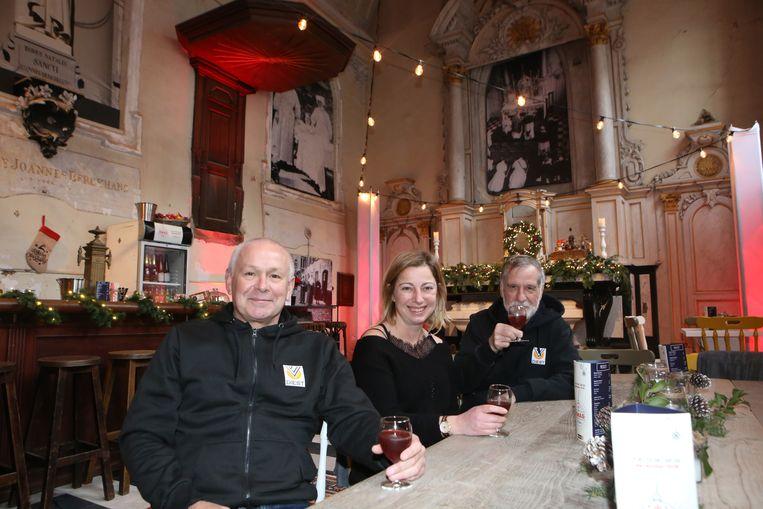 De eerste gasten proeven van een drankje in de X-Mas Chapel.