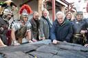December 2017: Archeoloog Maarten de Weerd (met blauwe jas) krijgt de restanten van de Zwammerdamschepen voor het eerst weer onder ogen sinds de jaren 70 toen hij ze ontdekte.
