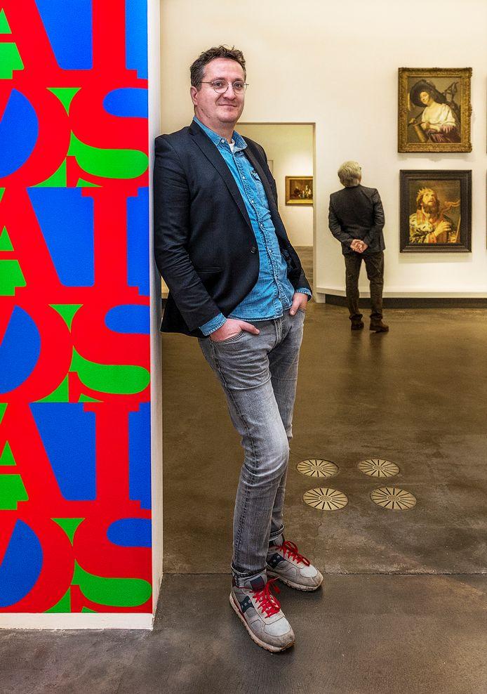 Bart Rutten, artistiek directeur van het Centraal Museum, poseert bij de expositie Bye Bye De Stijl.  Op de achtergrond een zaal met daarin de vaste collectie.