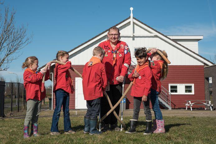 Scoutingleidster Nanda van Strien met enkele kinderen van de bevergroep.