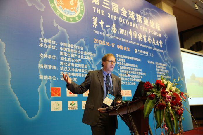 Jan Cortenbach op een congres in China.