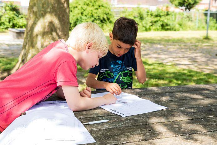 Thieme (links) en Yordan laten elkaar hun ontwerp zien voor de nog aan te leggen leertuin bij de nieuwe locatie van De Springplank in Zutphen.
