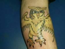 Henry (30) zet tattoo van terror-oehoe op zijn been