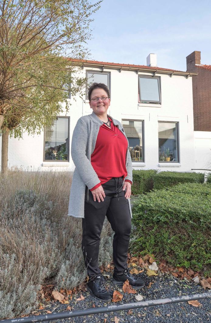 Hendriek Flikweert-Herselman voor het huis in de Biezelingsestraat in Kapelle waar ze opgroeide. Na 25 jaar weg te zijn geweest, woont ze er nu weer.