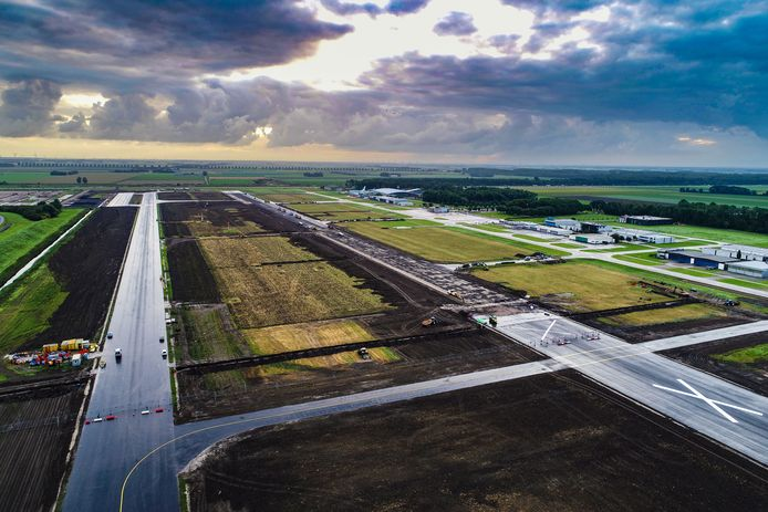 Op de foto de oude start/landingsbaan die verbreed wordt en aangepast voor de grotere vliegtuigen die straks gaan landen.