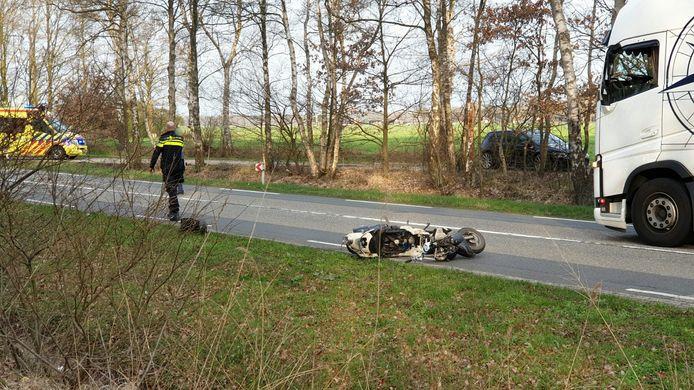 De scooter kwam honderd meter verderop terecht na het ongeval.