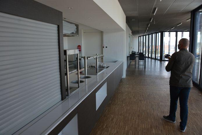Op de bovenste verdieping werd een bedrijfsrestaurant ingericht voor het personeel van gemeente en politie.