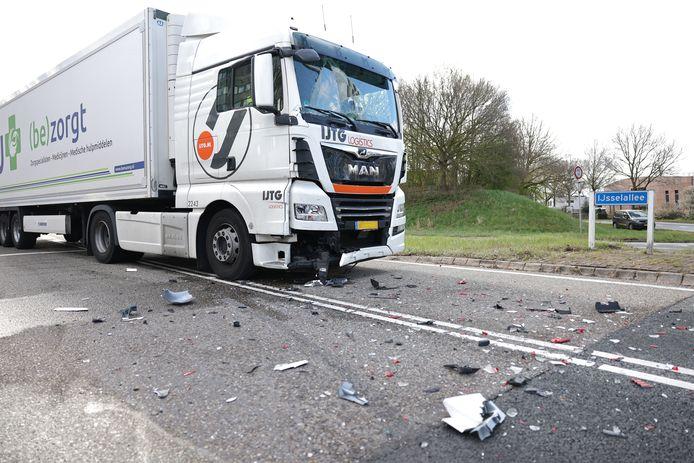 Een kop-staartbotsing op de IJsselallee in Zwolle tussen een vrachtwagen en een bedrijfsbusje