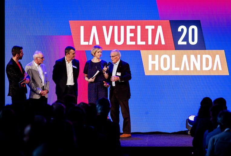 Oud-winnaars Joop Zoetemelk en Jan Janssen op het podium tijdens de bekendmaking van de Nederlandse routes van de Vuelta in 2020. Beeld ANP