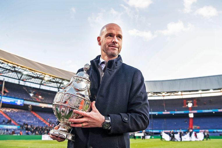 Coach Erik ten Hag met de KNVB-beker. Beeld Guus Dubbelman