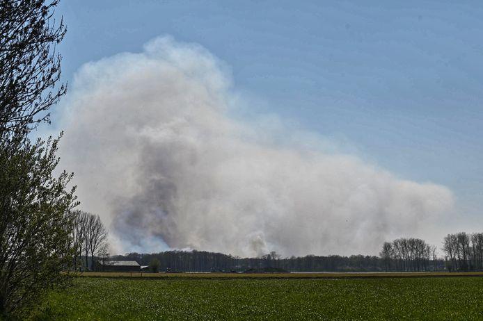 De Belgische brandweer is massaal uitgerukt en zet blushelikopters in.