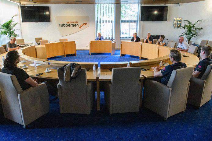 Wethouder Trees Vloothuis in de raadszaal in discussie met een groep betrokken inwoners.