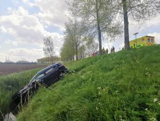 Bestuurder rijdt rechtdoor over dijk en belandt enkele meters lager in gracht