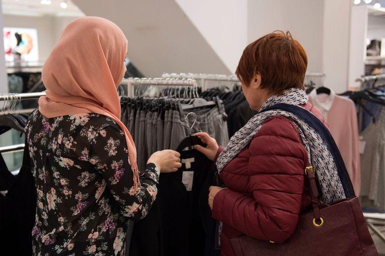Een verkoopster met hoofddoek. Beeld Photo News