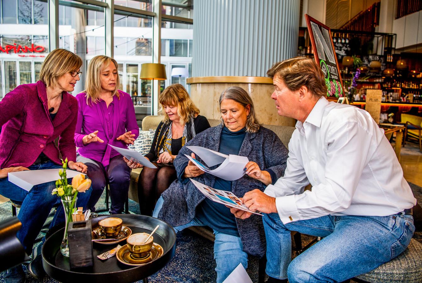Twee Nederlandse fans (links) organiseerden een reünie voor Pippi, Annika en Tommy, om hen te bedanken voor vijftig jaar kijkplezier.