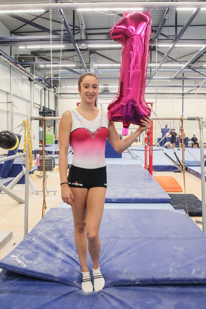 Derwael werkte gisteren haar eerste training sinds het WK af en kreeg nog een cadeautje van haar collega's.