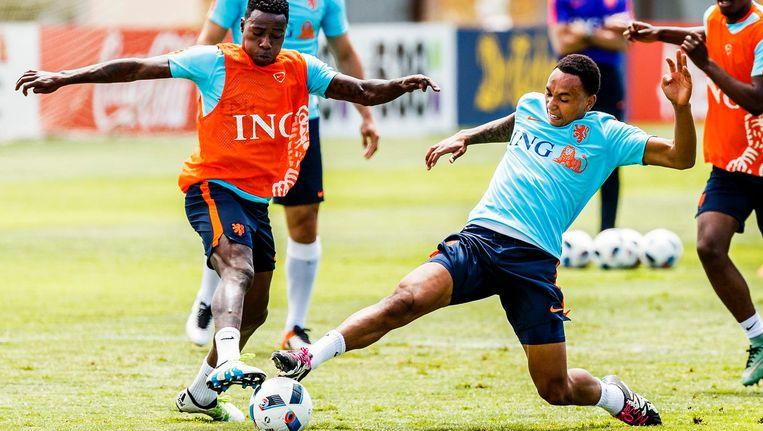 Quincy Promes en Kenny Tete tijdens een training van het Nederlands elftal. Beeld anp