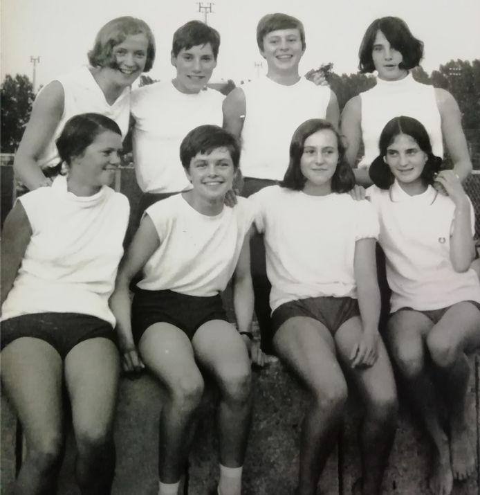 De ploeg van HAC Helmond die in 1967 Nederlands kampioen werd bij de clubcompetitie voor meisjes. Bovenste rij: Louise Henraat, Carla Joosten, Gerrie van der Linden, Astrid Smits (vlnr). Onderste rij: Mieke Strijbosch, Annie van de Kerkhof, Anita van der Linden, Maureen Smits.